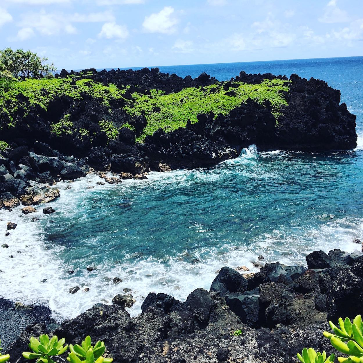 https://www.travelersjoy.com/blog/Road_to_Hana_Maui_Waianapanapa_State_Park.jpg