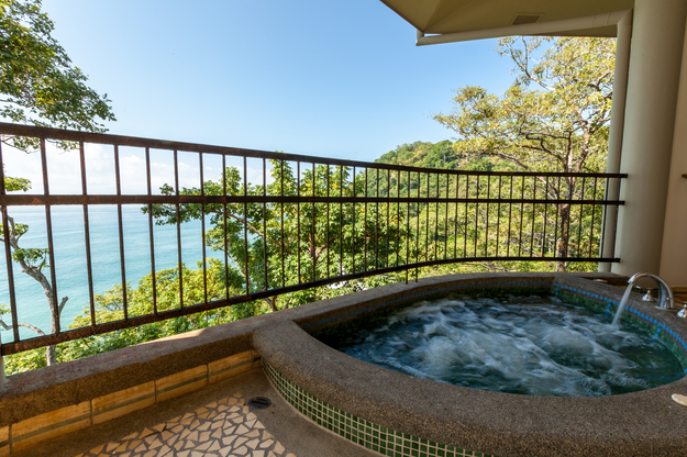 arenas_del_mar_oceanfront_suite_hot_tub-1.jpg