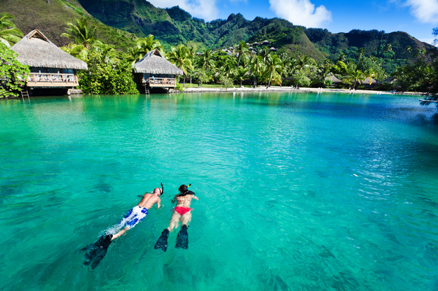 honeymoon_couple_snorkeling_bungalows_01.jpg